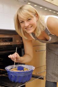 Junge Frau backt Kuchen